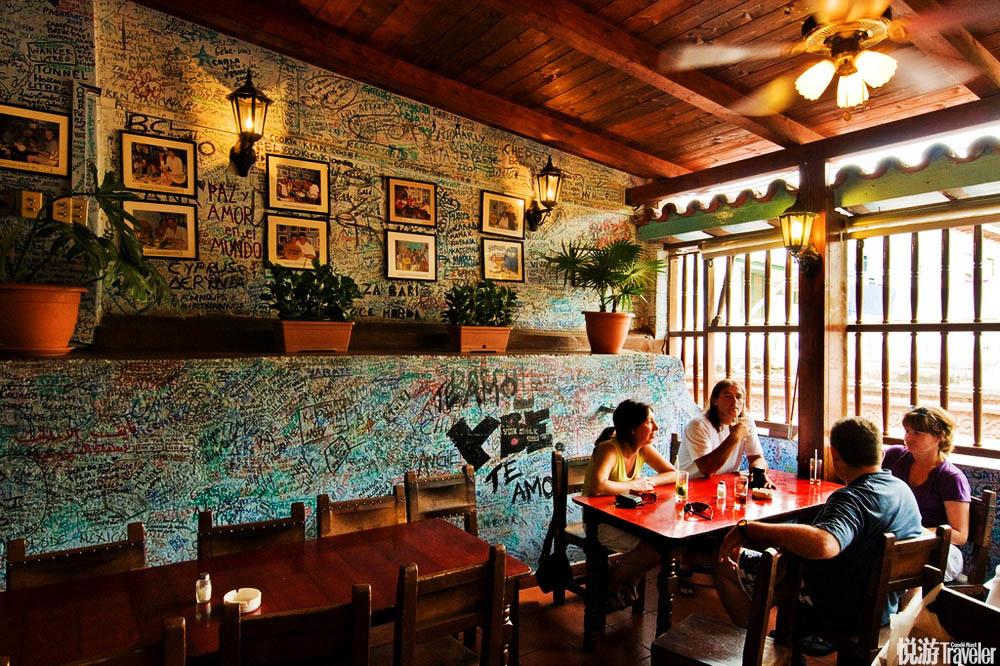 位于哈瓦那湾西侧的一个半岛上的老城区里,一座热闹的小酒馆.