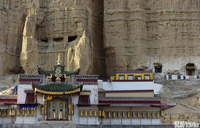 从西宁市开车去同仁县会路过尖扎县,这是尖扎附近金刚崖前的一座寺院,此处属丹霞地貌。