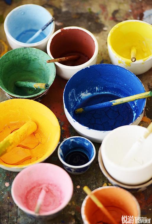 绘制唐卡时使用的颜料,正式在布面上使用的颜料都是用矿石磨成的。