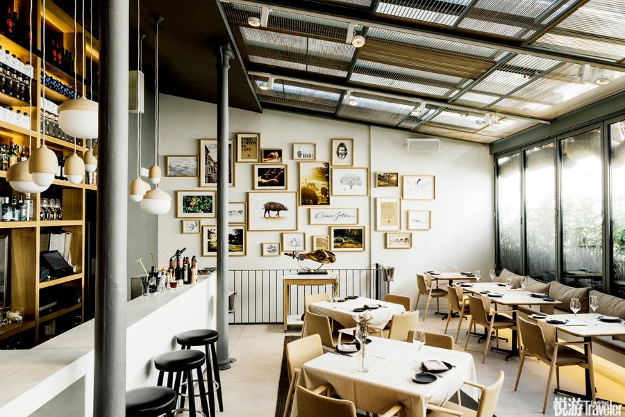 马德里的Cinco Jotas餐厅,是火腿厂商自营,在餐厅运营和菜品创意上一点也不含糊。餐厅设计细节之处充满...