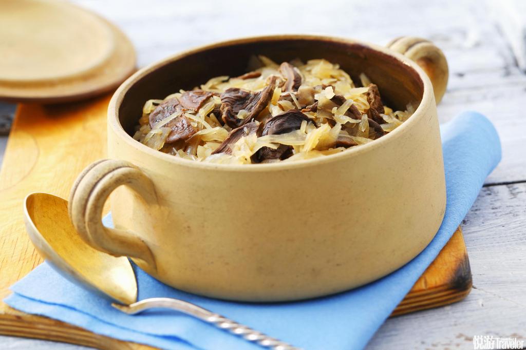 猎人炖肉这道菜在中世纪就已经出现在波兰人的餐桌上了,如今更是漫长冬季里的波兰主菜,其做法就是把多种...