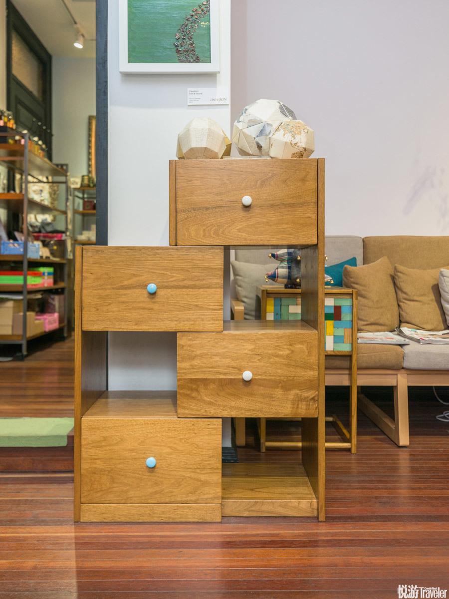 乐高善变桌柜,i.c.ology。 这个柜子可以一秒变身,抓住柜子侧边的把手往外拉开就会多出四格空间作为书架...