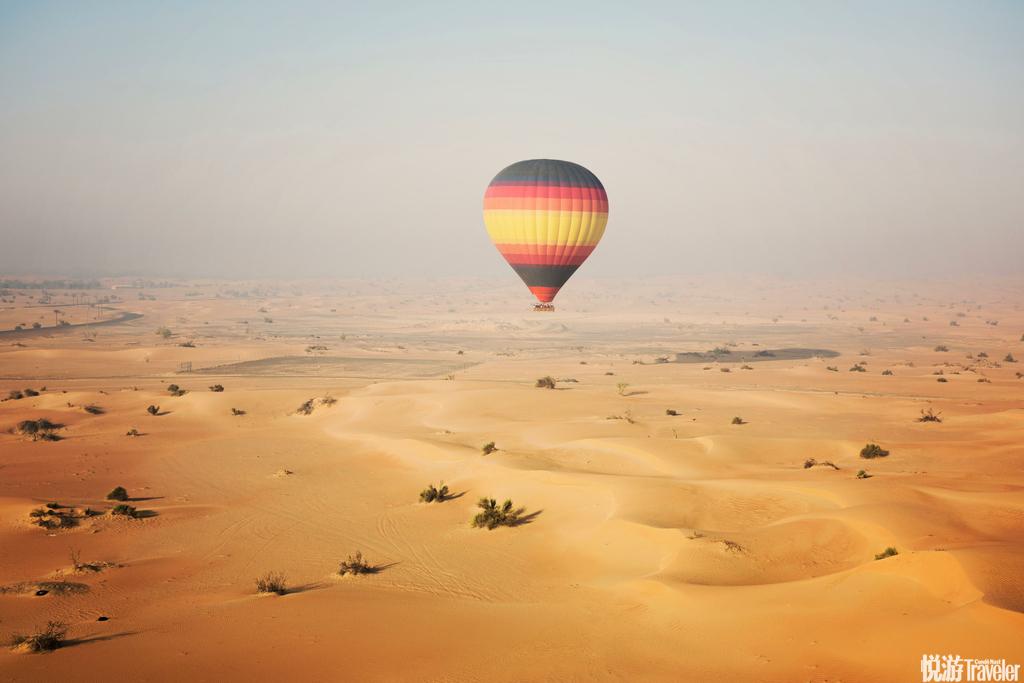 迪拜一半是海水,一半是沙漠的景觀,在熱氣球緩緩升起的同時,漸漸呈現在眼前,海水的蔚藍,沙漠的壯觀,...