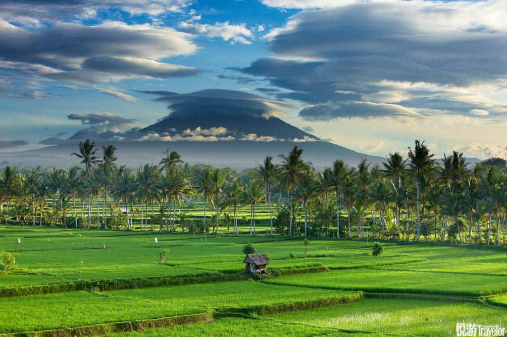 巴厘岛:海神庙是巴厘岛著名的寺庙之一,日落时分为最佳观赏时间。库塔海滩是巴厘岛最热闹的沙滩,以冲浪...