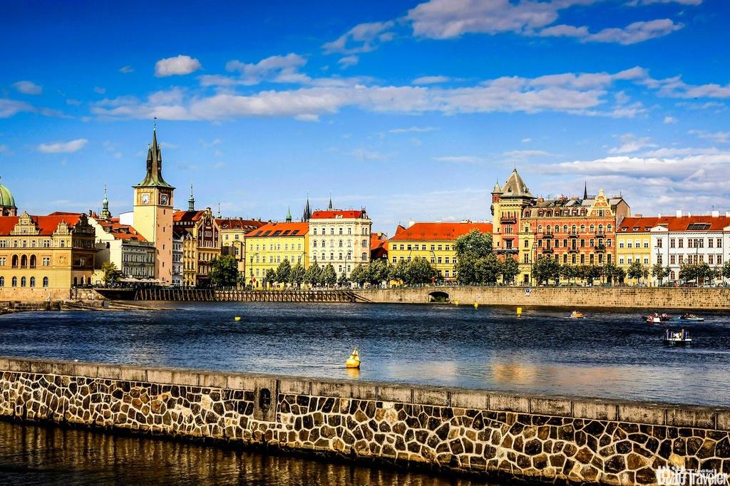 布拉格河:又称伏尔塔瓦河,发源于波西米亚森林。乘船顺流而下,近看两岸游人如织,远观山丘上的古堡皇宫...