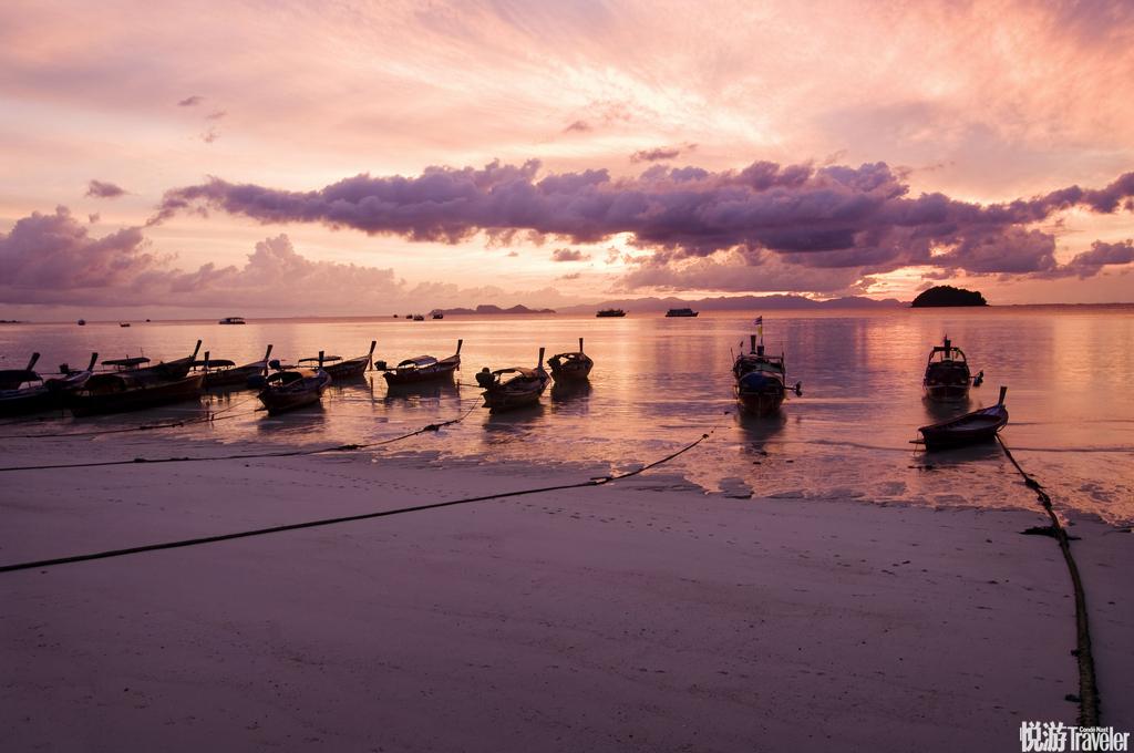 丽贝岛(Koh Lipe)在沙滩等一场日落,看夕阳染红天际,倒映着海水变换了色彩,没有嘈杂,安静的感受这一...