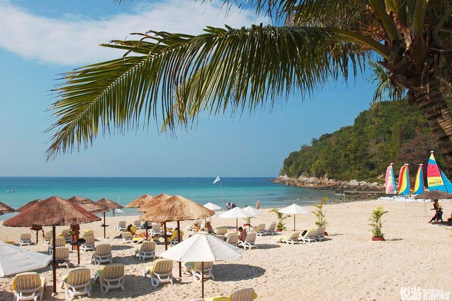 泰国普吉岛细软的沙滩,澄净的海水,海风和煦,走在松软的沙滩上,感受脚丫被细沙温柔抚摸的感觉,有种说...