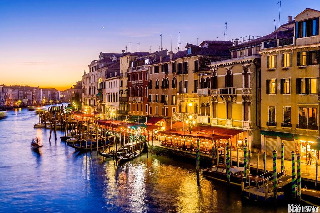 威尼斯,这座漂浮在水上的城市,是亚得里亚海威尼斯湾西北岸重要港口,不但以其建筑的独特吸引着游客,而...