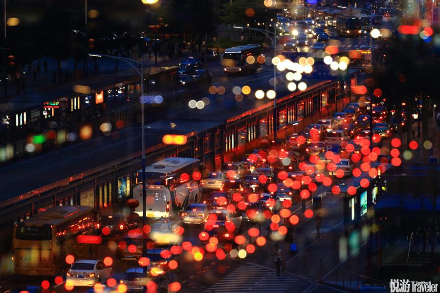 21:00 夜来书香。脱离了白日的燥热,夜晚的广州在通明灯火映衬下,仿佛才刚刚施展她的婀娜之美。人们三三...
