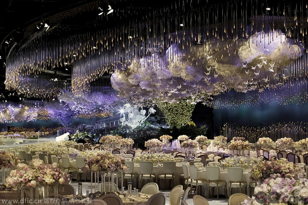 65000颗施华洛世奇水晶和4000个千纸鹤来装饰婚礼现场,令现场十分梦幻