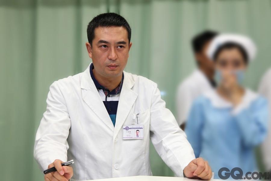 """帅大叔张嘉译穿起""""白大褂""""一种成熟稳重的感觉油然而生,不知为何,总觉他演的医生有种医术超然的感觉,大叔就是这么靠谱。"""