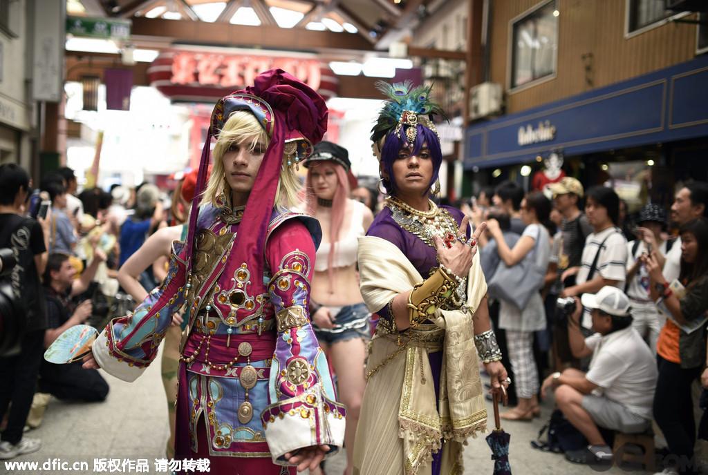 日本动漫凭着剧情的创新和趣味性在全球占有着重要地位,其cosplay起源也相对较早且在世界范围内有相当的影响力,动漫迷们常常用装扮和模仿表达他们对动漫角色的热爱。8月2日,日本名古屋举办了世界级别的Cosplay峰会,在这里,角色扮演迷们精心装扮,参加Cosplay游行,仿若屏幕面前的你进入了奇妙的动漫世界!
