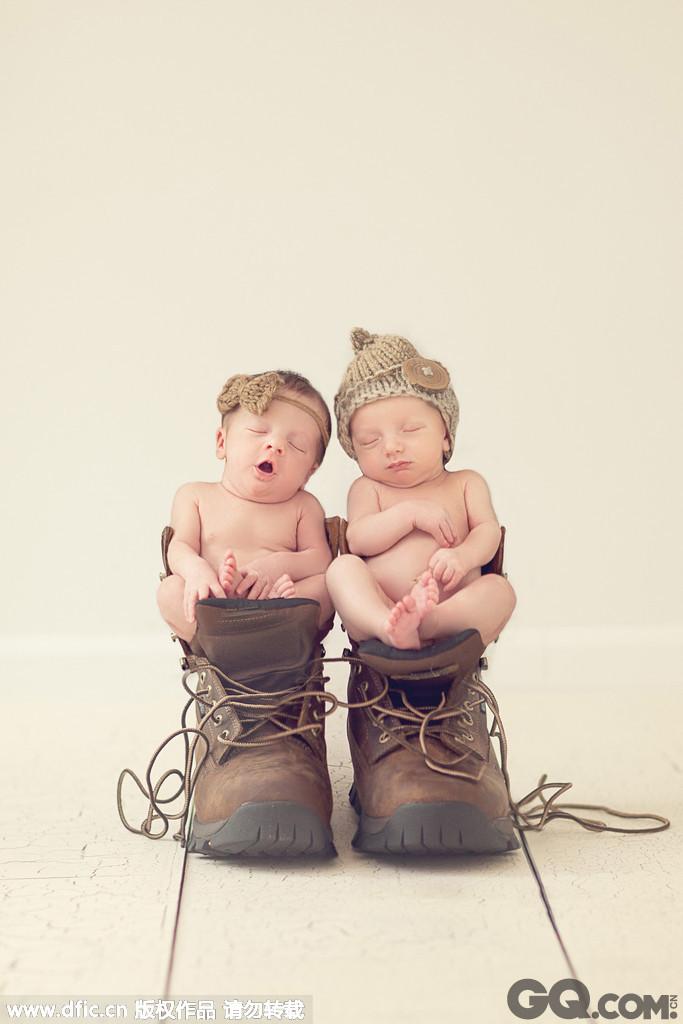 还有一张照片里,一对双胞胎宝宝被放在靴子里,模样甚是可爱.