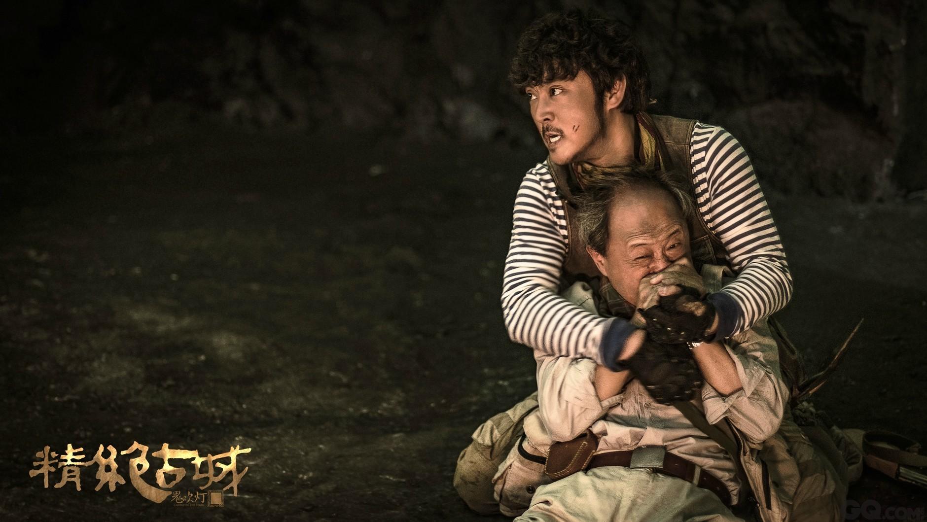 青年演员赵达饰演的王胖子则面露凶光,从脸上的伤痕和胸前挟持的陈教授来看,团队似乎刚刚面临了一场不小的危机。
