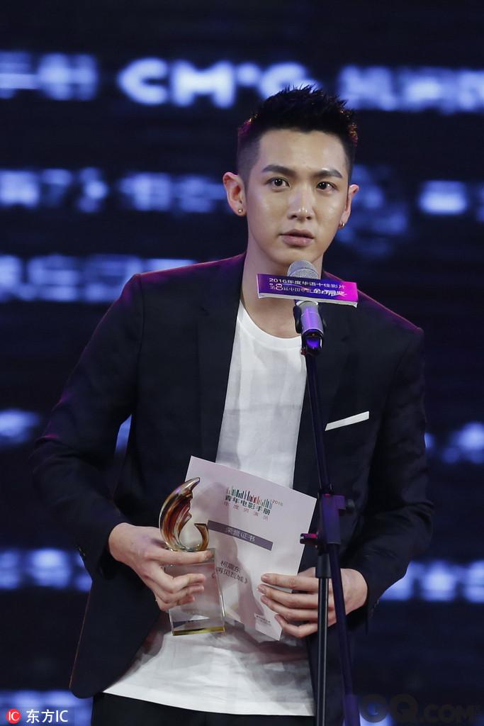 文艺类杂志《青年电影手册》每年都会选出十部好片、十部烂片,《再见瓦城》获得青睐夺年度十佳影片奖,柯震东代表剧组去北京,自己也拿下年度男演员奖。