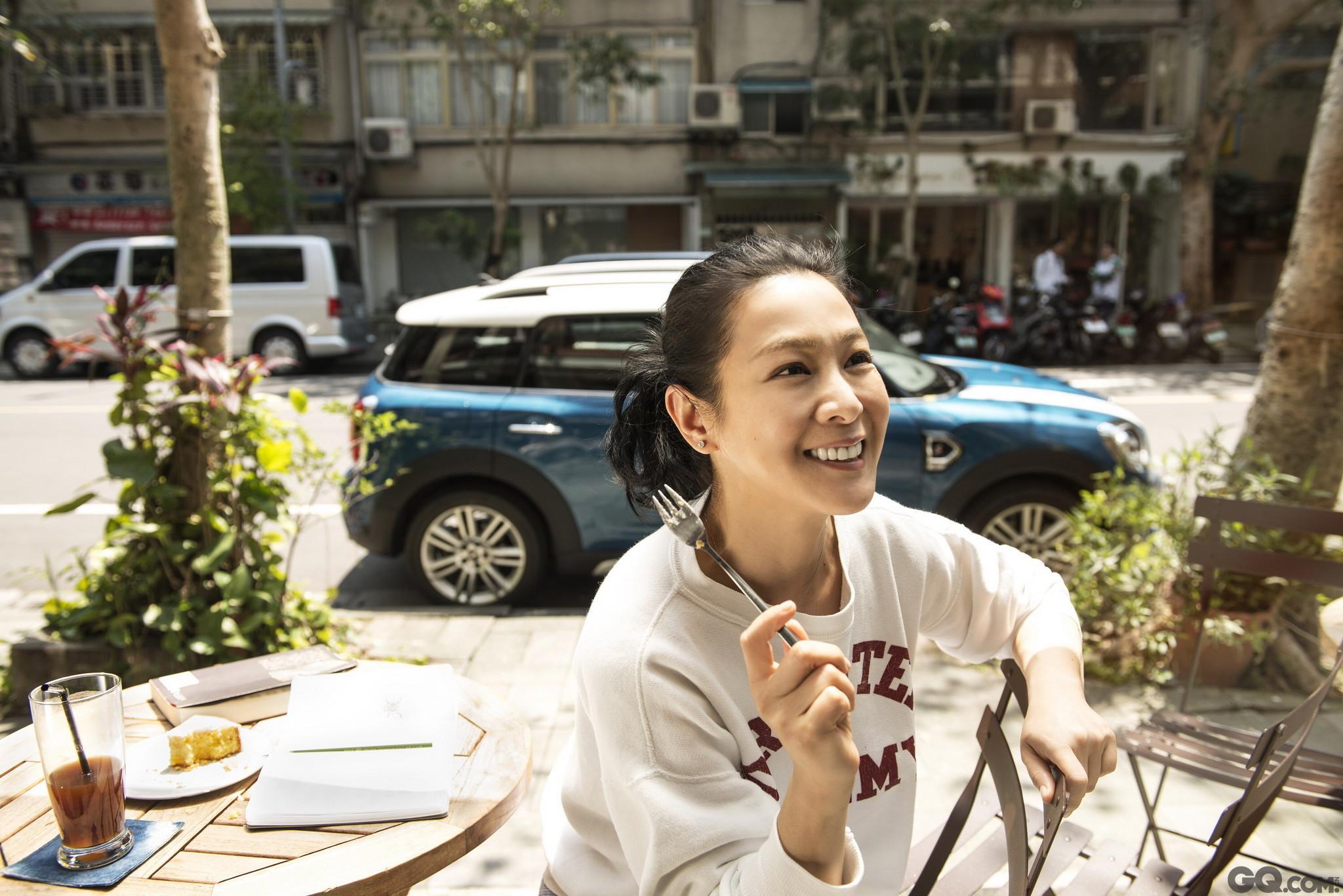 刘若英出道21年,素来给人以文艺恬静、知性低调的感觉,这也是她一直以来的个性及追求,但进入人生新阶段的刘若英并没有停下脚步,新专辑、演唱会、新书都获得了不俗的成绩。
