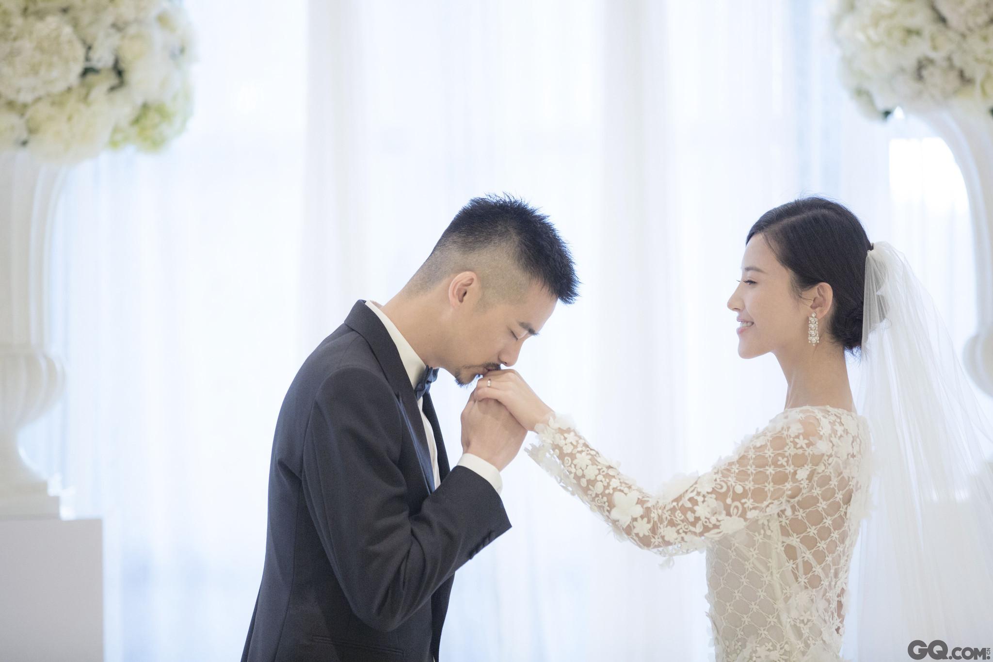 """日前,""""天姗""""夫妇吴中天、杨子姗在台北举办婚礼,上午举行迎娶仪式,两人均穿中式礼服,幸福洋溢脸上。晚上将举行婚礼喜宴。婚礼邀请了双方新人的家人和好友,除此之外并未邀请媒体,低调而私密。"""