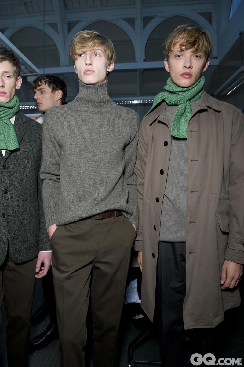玛格丽特·霍威尔 (Margaret Howell) 是英国设计师品牌,由设计师玛格丽特·霍威尔 (Margaret Howell) 创立于1972年。玛格丽特·霍威尔 (Margaret Howell) 品牌的招牌设计有T恤、无袖制服、蕾丝装饰鞋子、粗呢大衣和trench风衣等。中性色彩的黑白色调广告大片,更是让玛格丽特·霍威尔 (Margaret Howell) 更加具有辨识度。这一季,设计师利用亮色配饰(例如围巾或袜子)来提亮冬季阴沉的色调,注重细节的设计也给沉闷的冬季带来了有些俏皮的小趣味。