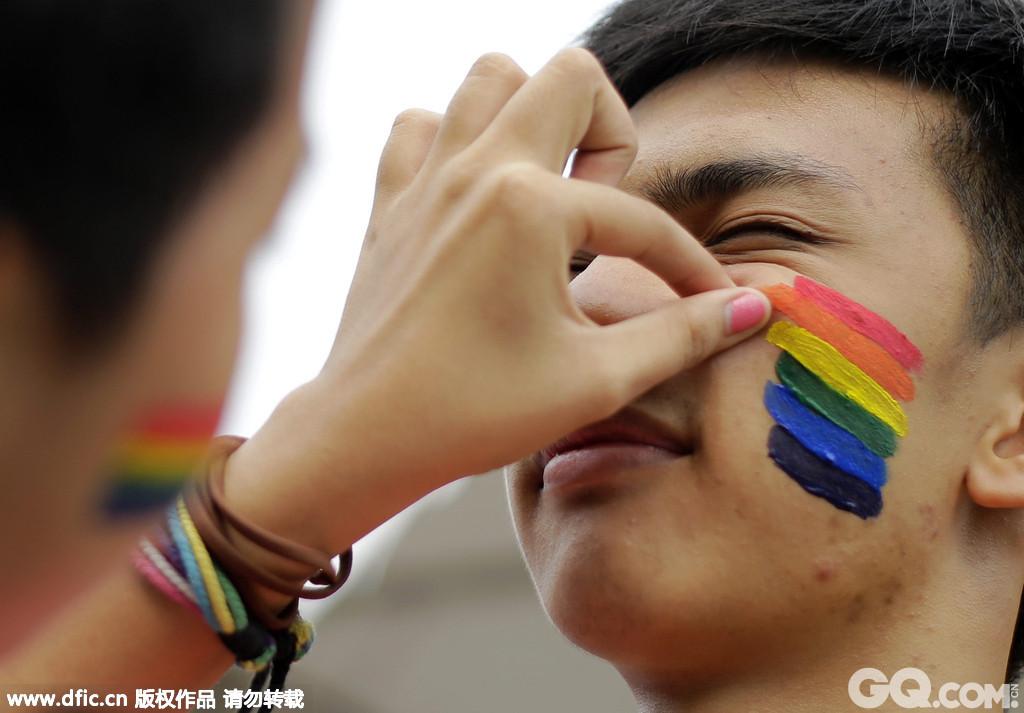 在亚洲的菲律宾马尼拉,数千名变性人和同志合法的支持者参与了游行,呼吁平等待遇和法律自由。