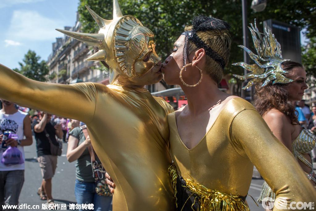 作为浪漫之都的法国巴黎以街头热吻的方式来庆祝全美同志的自由。