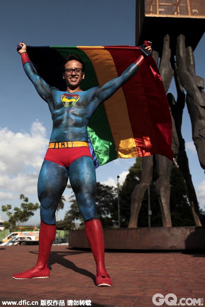 """在危地马拉城,""""超人""""举着五彩旗出现,大声喊着""""自由、平等、互相尊敬!"""""""
