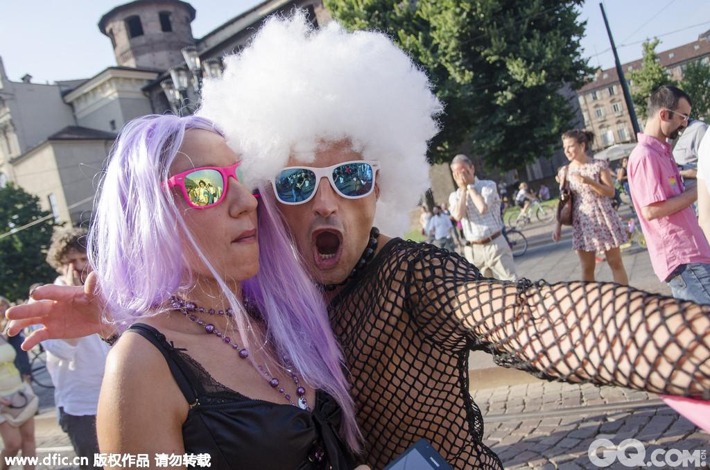 意大利都灵也以各种夸张的装扮在街上游行庆祝。