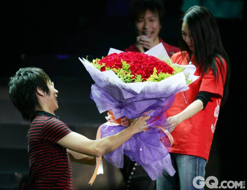 """2005年11月5日,北京,五月天乐队""""当我们在北京""""演唱会在北京工人体育馆举行,成员冠佑当着众多歌迷的面跪地向女友求婚,二人当台热吻,幸福甜蜜。"""