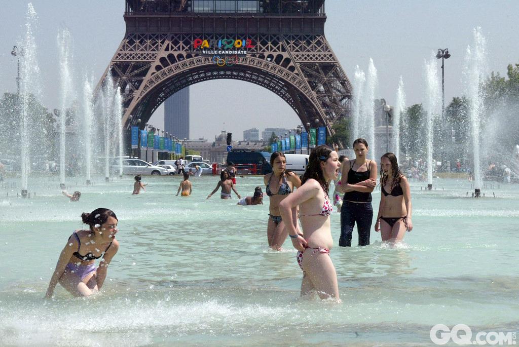 法国巴黎民众在埃菲尔铁塔前的喷泉中沐浴
