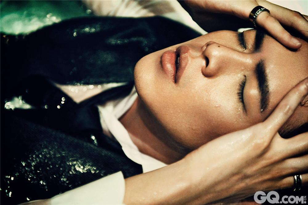 写真在浴缸中拍摄,张若昀身着白色衬衣和黑色西装马甲,眼神时而深邃时而魅惑。