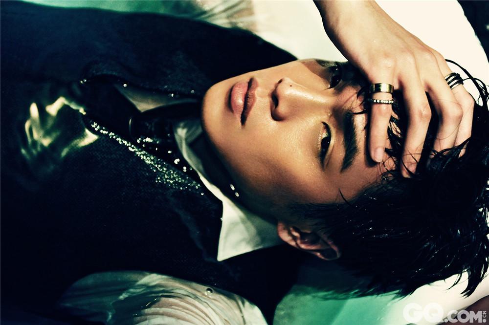 8月24日是当红小生张若昀27岁生日,他的一组大尺度性感写真也随之曝光。