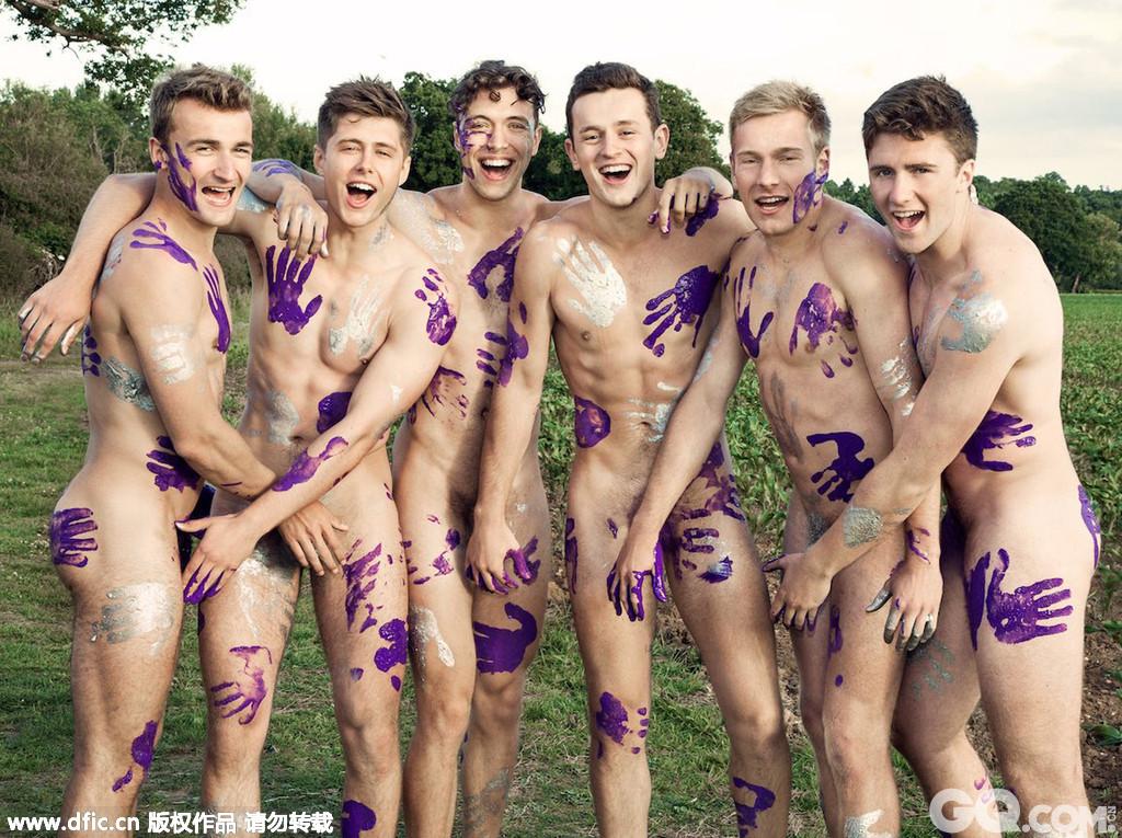 当地时间2015年8月25日,英国华威大学赛艇队的帅哥们推出2016年裸体慈善写真日历,为反恐同组织Sport Allies筹款。