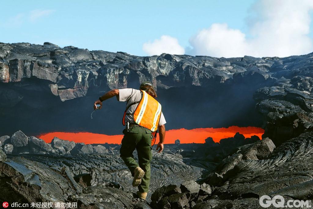 美国夏威夷火山国家公园坐落在夏威夷大岛沿岸的火山区上,该公园中最著名的活火山是奇劳威亚和冒乌纳罗亚,它们溢出的奔腾汹涌的火山熔岩,形成了大岛独特的地形地貌。