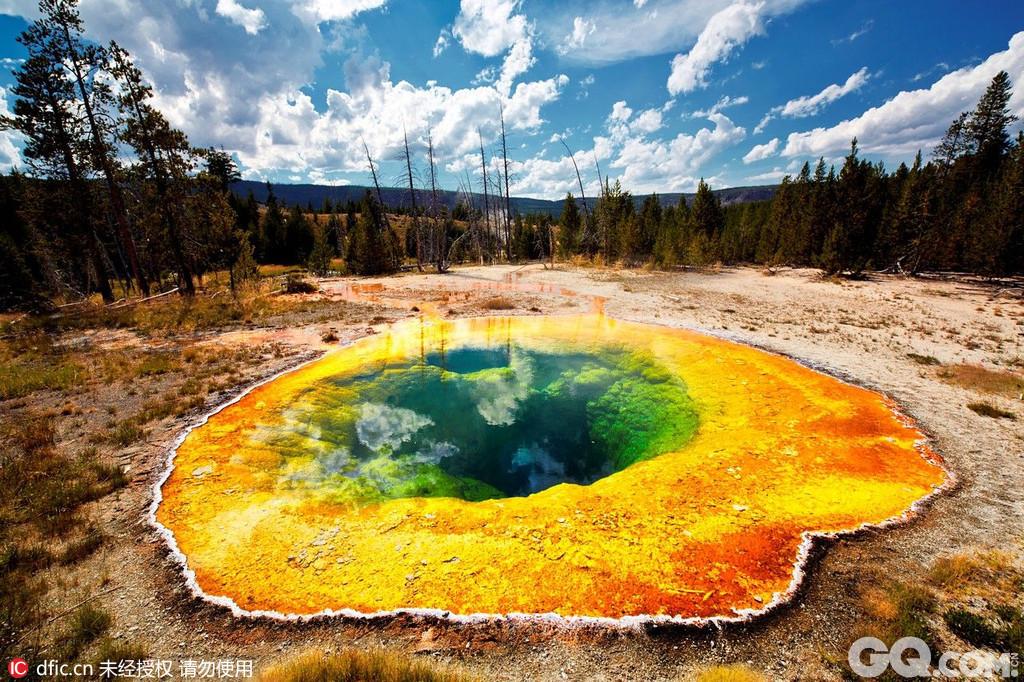 黄石国家公园是世界第一座国家公园,成立于1872年。黄石公园位于美国中西部怀俄明州的西北角,并向西北方向延伸到爱达荷州和蒙大拿州,面积达8956平方公里。这片地区原本是印地安人的圣地,但因美国探险家路易斯与克拉克的发掘,而成为世界上最早的国家公园。它在1978年被列为世界自然遗产。