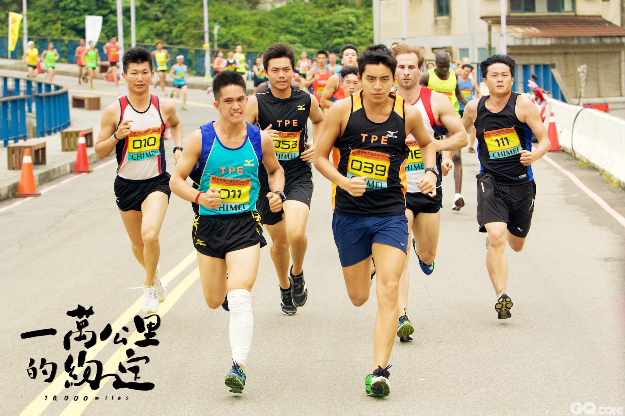 """与周杰伦共同担任监制的是台湾超级马拉松好手林义杰。林义杰是超跑界传奇人物,曾获""""2006年四大极地超级马拉松巡回赛""""总冠军,擅长在极端气候中路跑,2010年更策划""""拥抱丝路""""计划,周杰伦亦担任共同发起人,邀请大陆等多国跑者进行丝路路跑。"""