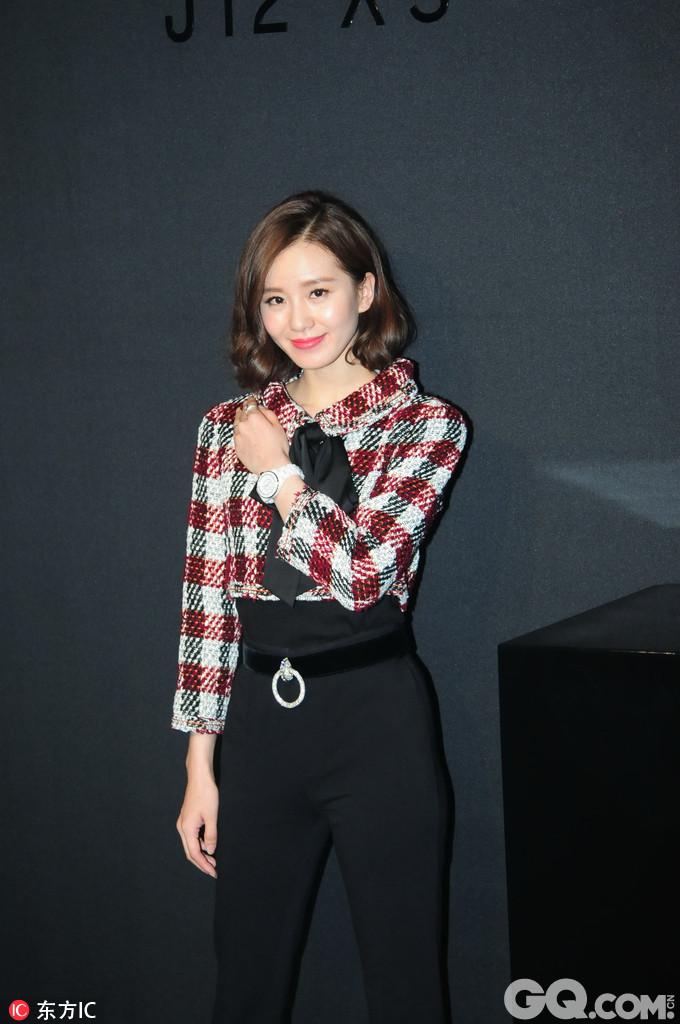 刘诗诗复古靓丽的格纹上衣搭配黑色阔腿长裤,透露出诗诗俏皮可爱又不失帅气的一面。