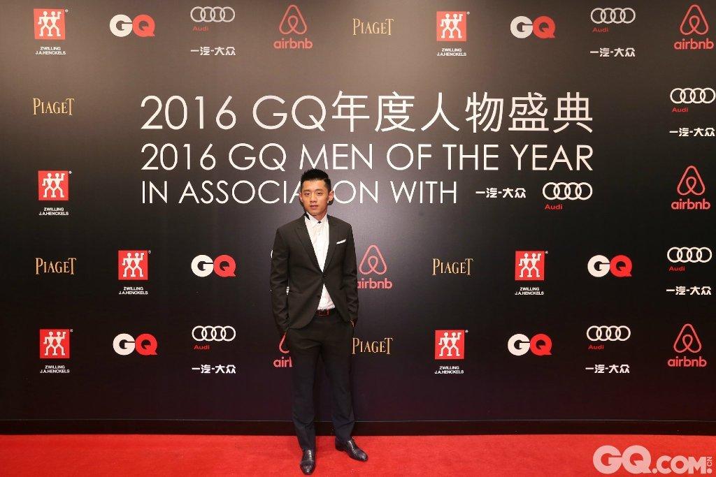 张继科身穿Neil Barrett 走上2016MOTY颁奖红毯。