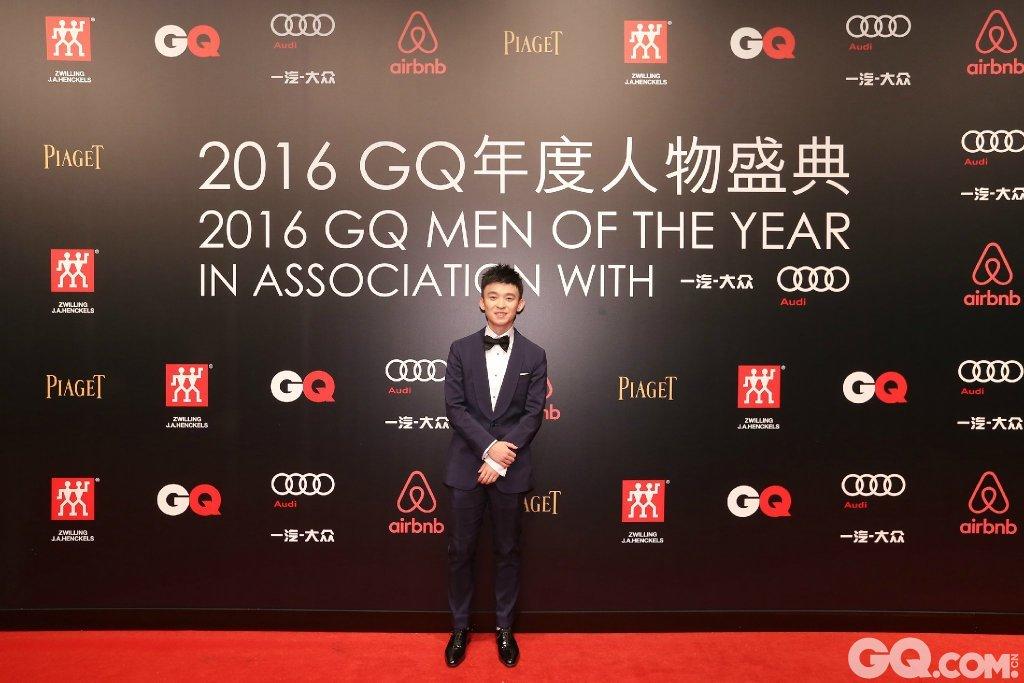 董子健身穿suitsupply礼服、JM Weston鞋履出席2016GQ年度人物盛典。