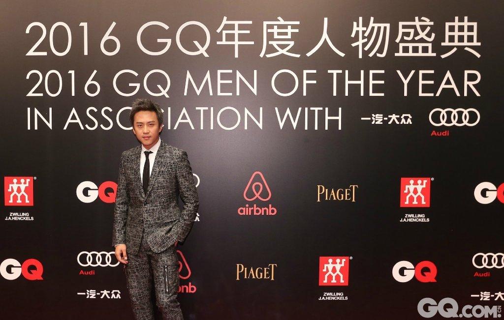 邓超身穿Dior Homme礼服,Dolce&Gabbana鞋履出席2016GQ年度人物盛典。