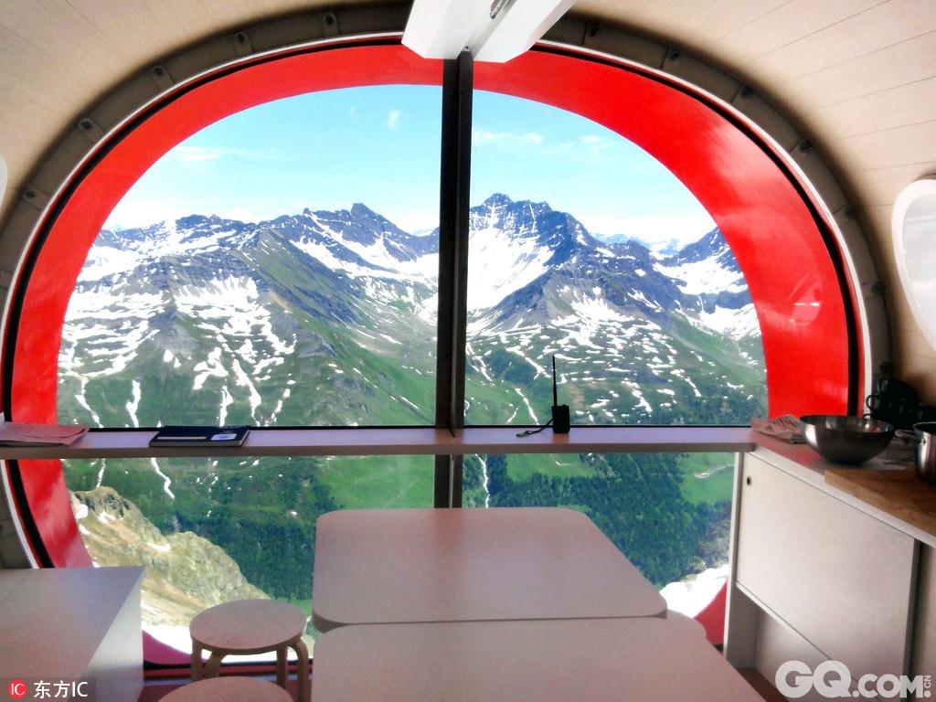 在这个拥有绝佳观景窗的酒店里,你可以吃吃喝喝躺躺睡睡就能俯瞰世界美景,伴着北极光和满天星辰中入睡,嗅着清新空气在微微晨曦中醒来,这样的独特体验,你一定不能错过哟。