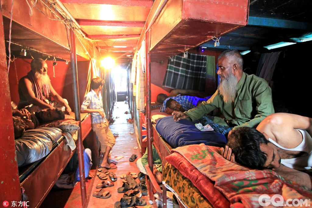 位于孟加拉达卡的Faridpur旅馆应该是世界上最便宜的旅馆了,在这里住一晚上只需要30便士,也就是一块巧克力棒的钱,工人们和游客在这里用水和如厕都是免费的,但不好的就是要数百人挤在一起,且只有一个公共储物柜存放物品。尽管如此,这家由5艘漂浮谁上的船只组成的船上旅店依然十分受欢迎,60多年来生意一直都很火爆。