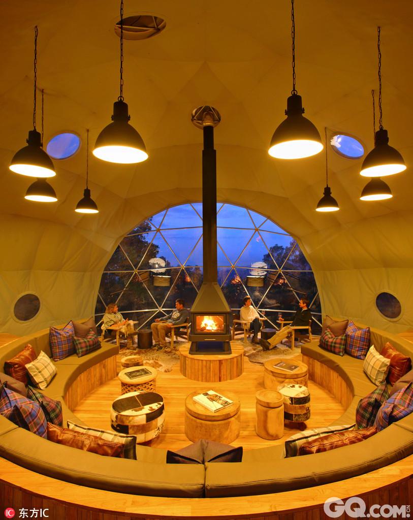 在非洲的坦桑尼亚,有一处名为Highlands in Ngorongoro的豪华帐篷酒店是旅客一定不能错过的。正面采光的透明帆布,使白天的视野极佳,到了晚上,还可以坐在室内欣赏满天星斗。帐篷内部运用现代装修风格,使用天然木材,地板用动物皮草覆盖保暖,房间内还挂有非洲气息十足的装饰画。