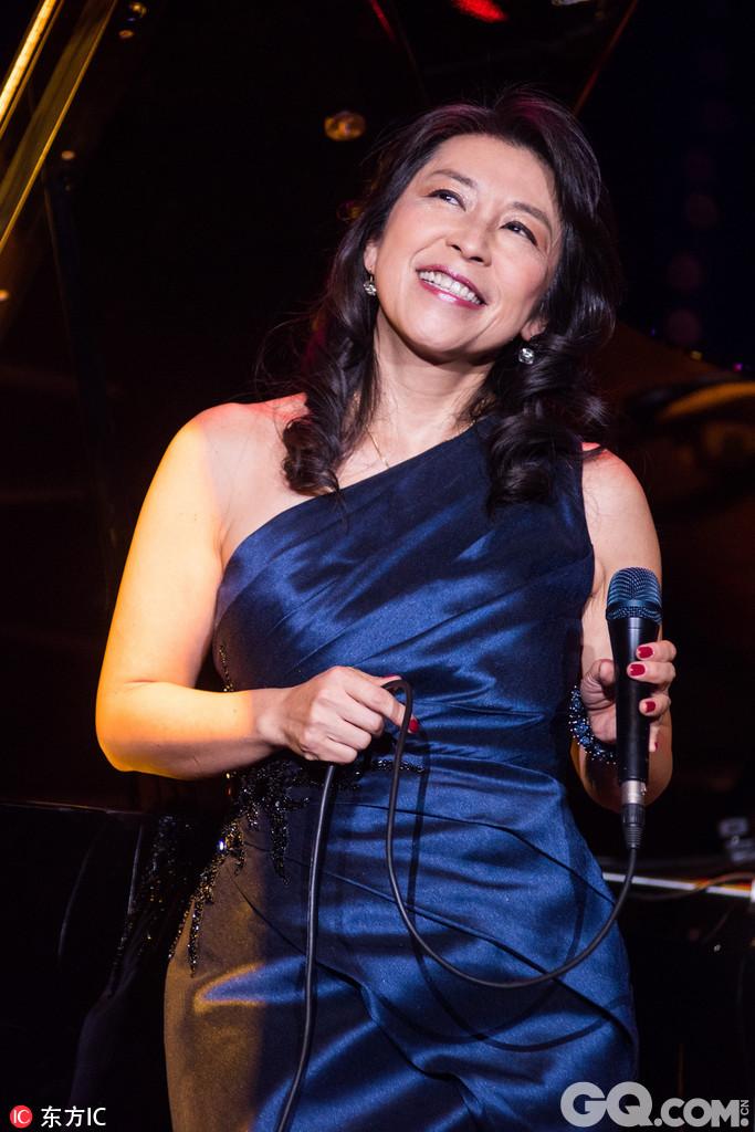 她的音乐如同一段段精彩的旅行。早期在巴西和日本的生活经历,给了小野丽莎两种截然不同的音乐环境,她的Bossa Nova既有巴西音乐的感染力,又多了几分日本文化冥想的宁静。