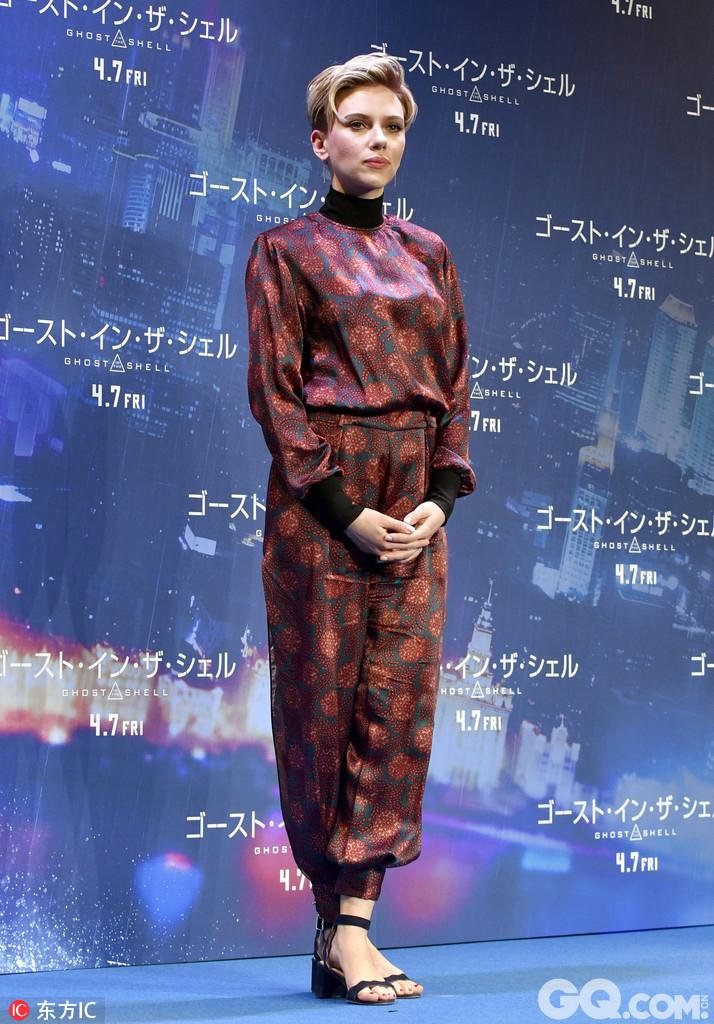 北野武亮相《攻壳机动队》日本首映 斯嘉丽-约翰逊印花连身裤满满东方风情