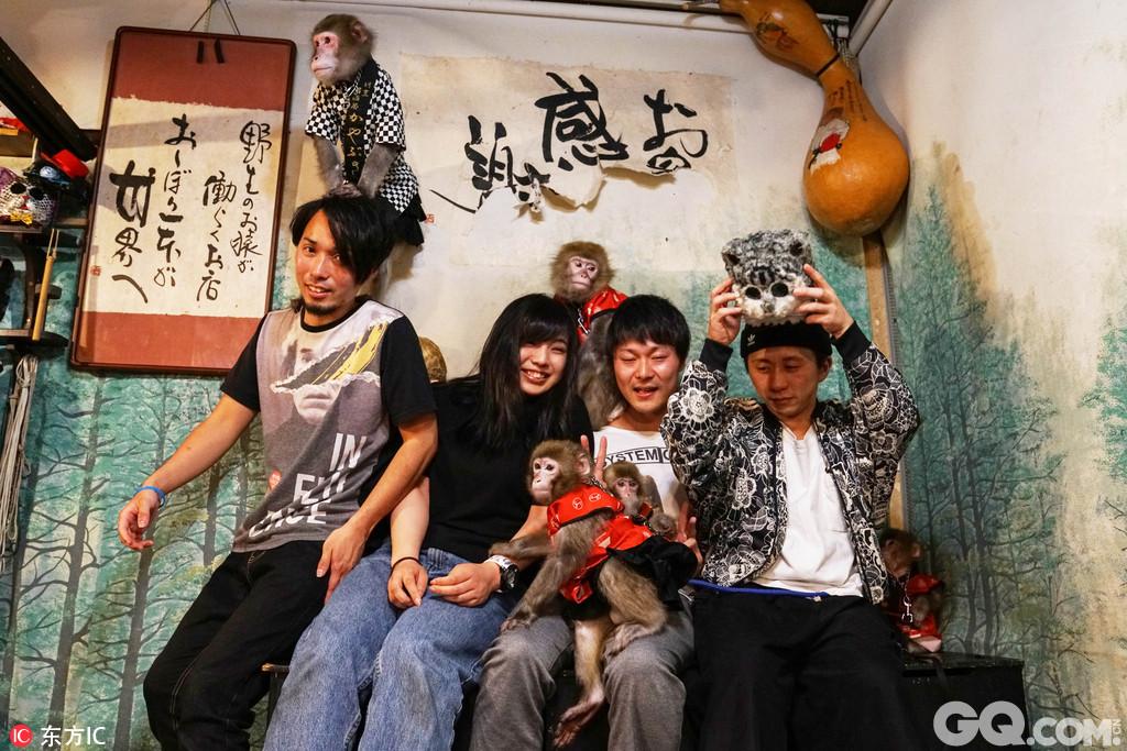最开始是居酒屋的老板Kaoru Otsuka有一只名叫Yat-chan的猴子,这只猴子慢慢自愿地模仿居酒屋服务员工作,后来又有另外一只猴子Fuku-chan开始模仿Yat-chan。