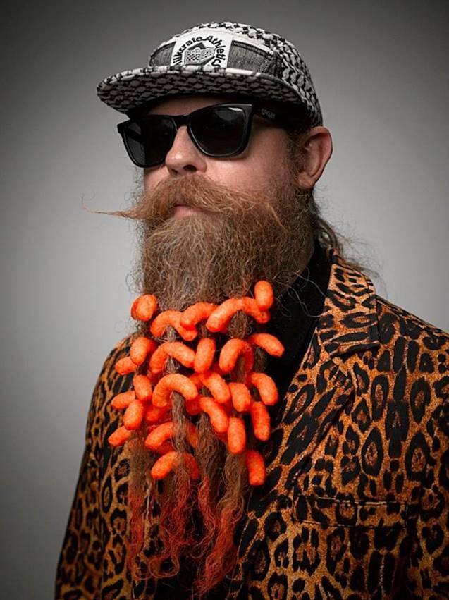 一年一度的美髯公大赛在美国俄勒冈州波特兰市举行。9个国家的近300名参赛者参赛。比赛分为18个类别,参赛者可以各种形式和风格对自己的胡须进行设计,同时配以配饰和服装。来自拉斯维加斯的商业摄影师 Greg Anderson用镜头记录下了入围参赛者的各种胡须。最终,经过评委会决定,来自波特兰当地的麦迪逊·罗利以微弱优势打败退伍老兵麦克·约翰逊,最终获得冠军。