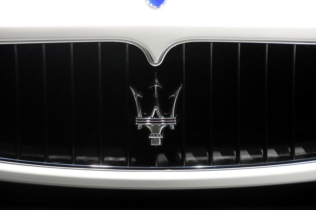玛莎拉蒂GranCabrio MC百年纪念版敞篷跑车配备了460马力4.7升V8自然吸气式发动机,动力强大的发动机为提升功率和扭矩性能而开发,并且没有造成燃油消耗量和排放的增加。