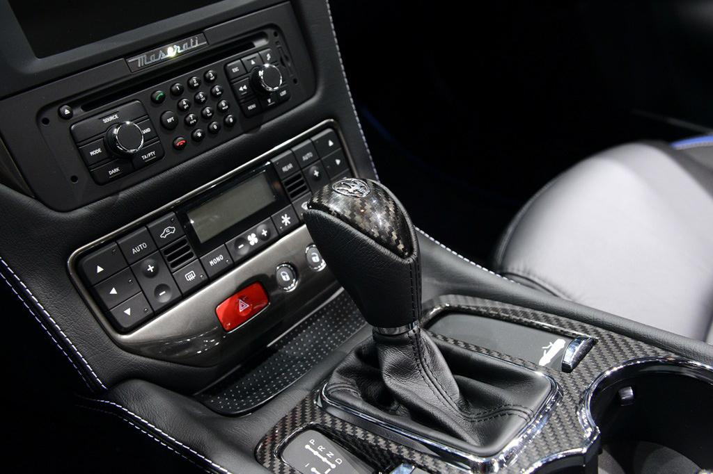 GranCabrio MC百年纪念版敞篷跑车还将单阻尼率减振器作为标准装备,提高了车辆的运动感觉,又保持了适当的舒适性。MC-Auto换挡则提供了一系列休闲驾驶功能,即使在更具运动风格的驾驶条件下也能使GranCabrio MC敞篷跑车的驾控充满乐趣。