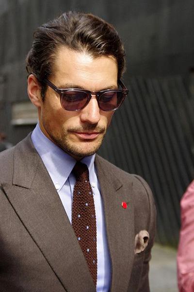 属于英国国宝级别的模特大卫甘迪频繁的出现在各种街拍照当中,即使是戴上墨镜也有相当高的认识度。
