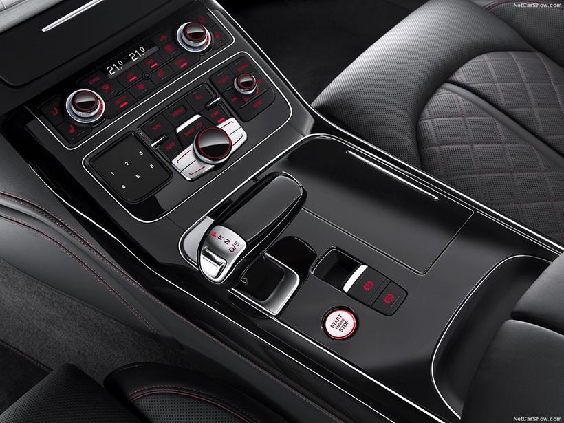 和苹果学坏了,奥迪把麾下旗舰运动轿车S8的增强版命名为S8 Plus,605马力的V8双涡轮引擎首次来到奥迪S8身上,一口气劲涨了85马力,极速从250km/h来到305km/h(电子限速)。