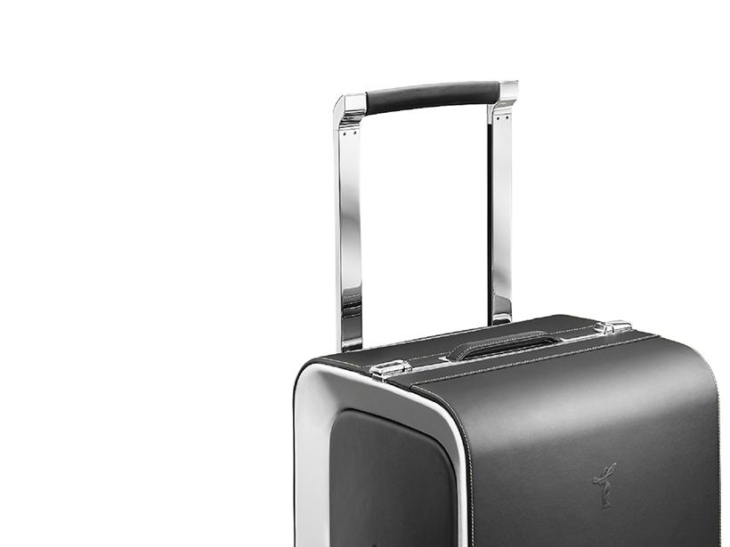 劳斯莱斯魅影旅行系列十分注重细节处理,尤其是行李被触及最频繁的部位,从而为客户打造轻松自如的使用体验。值得一提的是,手提行李包的提手经特殊设计后可以使重量分布更平衡,以避免过重的手部受力。包袋以及魅影车型方向盘上都使用了高定时装界特有的隐形缝线技术,以确保极致平滑与绝佳手感。